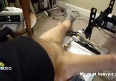 Imagen Se masturba la polla con una máquina de sondar