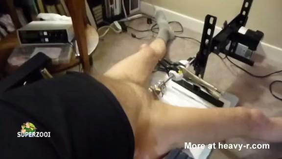 Se masturba la polla con una máquina de sondar