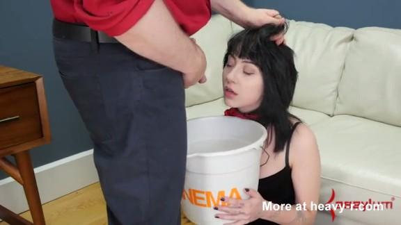 Chica Gótica tratada como una perra