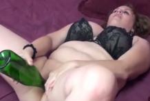 Gorda se mete una botella de vino blanco por el coño