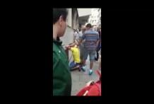 Mujer enojada Patadas ladron en la cara y es aplaudido por la multitud miniatura