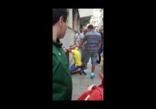 Imagen Mujer enojada da Patadas a un ladrón en la cara y es aplaudida por la multitud