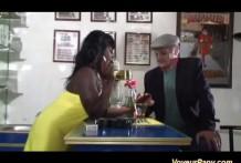 abuelo y la negra thumb0 218x147 - El abuelo quiere follar con una negra antes de morir