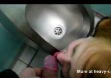Imagen Bebiendo pipí en un baño público