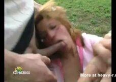 Imagen Mujer joven forzada a chupar las pollas y tragar semen