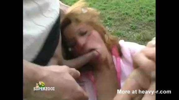 Mujer joven forzada a chupar las pollas y tragar semen