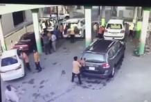 Hombre aplastado contra un coche