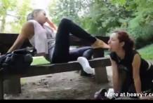 Lesbiana le gusta lamer los pies de su novia
