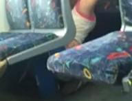 Chica lesbiana le come el coño a su novia en el tren