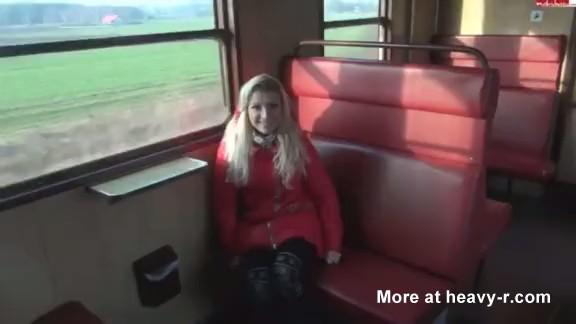 Chica Meando en el tren