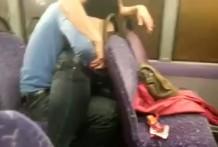 Chica se deja masturbar el coño en el bus