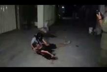 Sostiene a un moribundo en su regazo mientras sangra en agonía