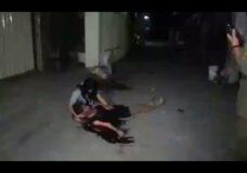 Imagen Sostiene a un moribundo en su regazo mientras sangra en agonía