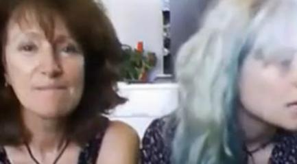 Madre e hija real delante de la webcam