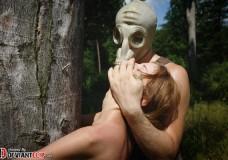 Joven sometida a la tortura por el hombre de la máscara