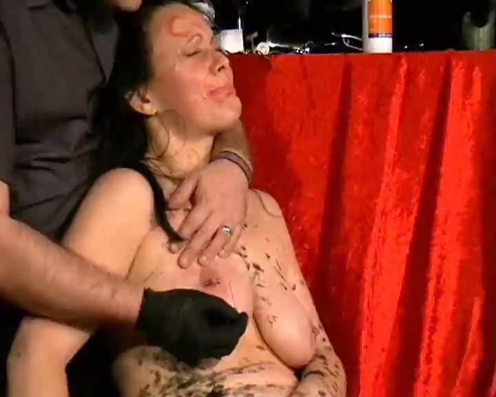 agujas extremas thumb0 - Extrema mujer con todo el cuerpo clavado de agujas