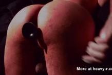 Gay con un culo sexy se saca la caca con un dildo