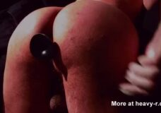 Imagen Gay con un culo sexy se saca la caca con un dildo