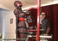 Imagen Esclava prueba la nueva máquina de tortura !