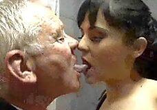 Imagen Chica joven se folla a dos viejos verdes ancianos