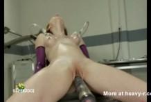 Flaca bien follada por una máquina sexual