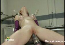 Imagen Flaca bien follada por una máquina sexual