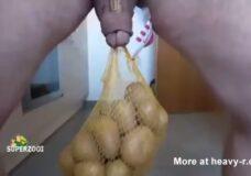 Imagen Se cuelga cinco kilos de patatas de los huevos