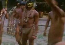 Imagen Joven rubia follada por toda una tribu africana