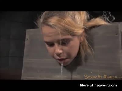 Follada estando colgada de unas cuerdas