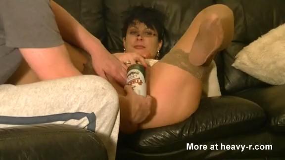 Esposa folla una lata de cerveza
