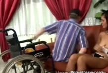 Abuelo paralítico hace gozar a una morena