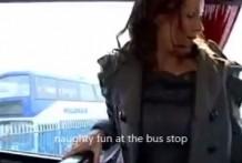 se pajea en un autobus de linea miniatura