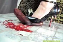 Penetra su tacón de aguja en la polla y le hace sangre