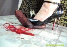 Imagen Penetra su tacón de aguja en la polla y le hace sangre