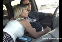 Paja a su marido que conduce