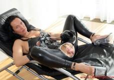 Madura succionando su coño con una bomba de vacio