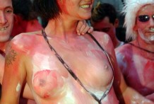 Caliente desfile de chicas con el cuerpo pintado