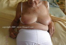 Abuela se hace fotos porno y tiene sexo oral