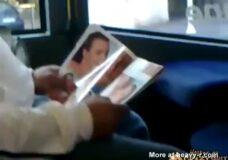 Imagen Pervertido goza de una revista porno en el autobus