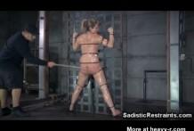 Sadico del BDSM disciplina a una adolescente miniatura