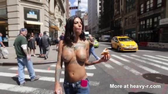 Tetona hace topless por las calles de NY