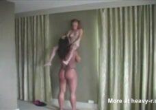 Imagen Lesbiana gigante le come el coño a una chica enana
