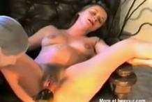 Preñada con botella de vino metida por el culo