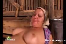 Mujer granjera gorda y puerca follada en el establo