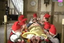 Blancanieves se folla a los enanos y al principe miniatura