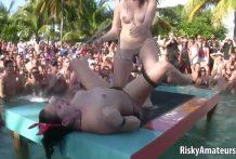 Salvaje fiesta al aire libre con putas borrachas