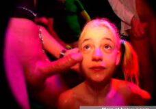 Imagen Pequeña puta en un club de sexo