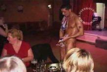 Feminista golpea la polla de un Stripper miniatura