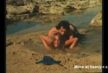 dura violacion en una playa miniatura