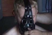 intensa tortura con una mascara de gas miniatura